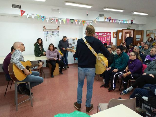 """Members of the musical group """"La Calle del Silencio"""" visit the Day Centers for Disability of the City Council, Foto 2"""