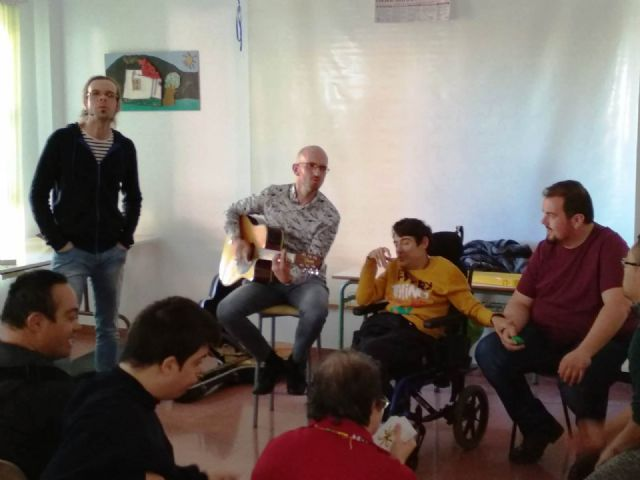 """Members of the musical group """"La Calle del Silencio"""" visit the Day Centers for Disability of the City Council, Foto 3"""