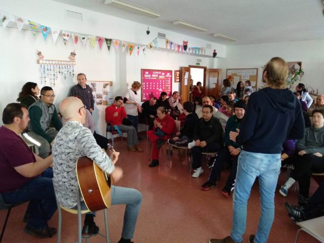 """Members of the musical group """"La Calle del Silencio"""" visit the Day Centers for Disability of the City Council, Foto 4"""