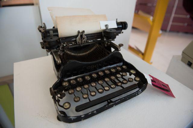 La biblioteca de Puerto de Mazarrón muestra una exposición que recopila la historia de la escritura, Foto 1