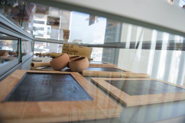 La biblioteca de Puerto de Mazarrón muestra una exposición que recopila la historia de la escritura, Foto 2