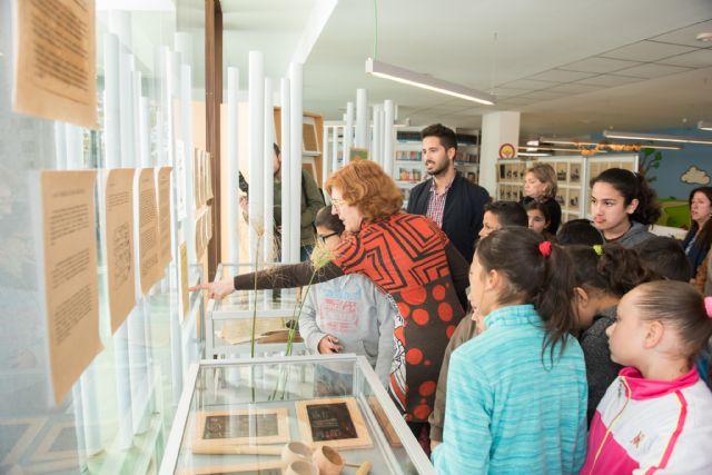 La biblioteca de Puerto de Mazarrón muestra una exposición que recopila la historia de la escritura, Foto 4