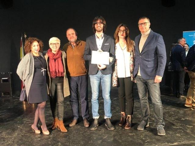 Autoridades municipales acompañan a los dos totaneros galardonados en los Premios Extraordinarios de Educación Secundaria Obligatoria y Bachillerato correspondientes al curso académico 2017/18