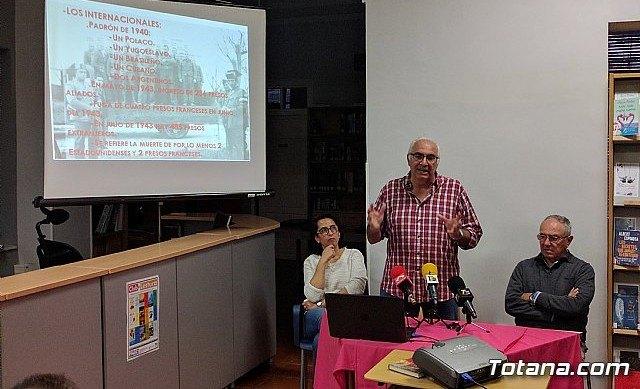 Floren Dimas y Alfonso Cayuela, investigadores de la memoria histórica, disertan en una charla sobre la represión política y las cárceles de Totana tras la Guerra Civil, Foto 1