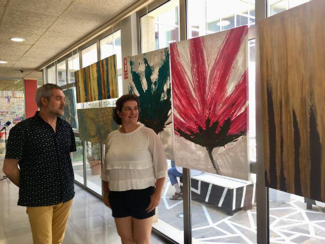 La Biblioteca de San Javier acoge la exposición Sensaciones con once acrílicos de gran formato de Maryflower - 1, Foto 1
