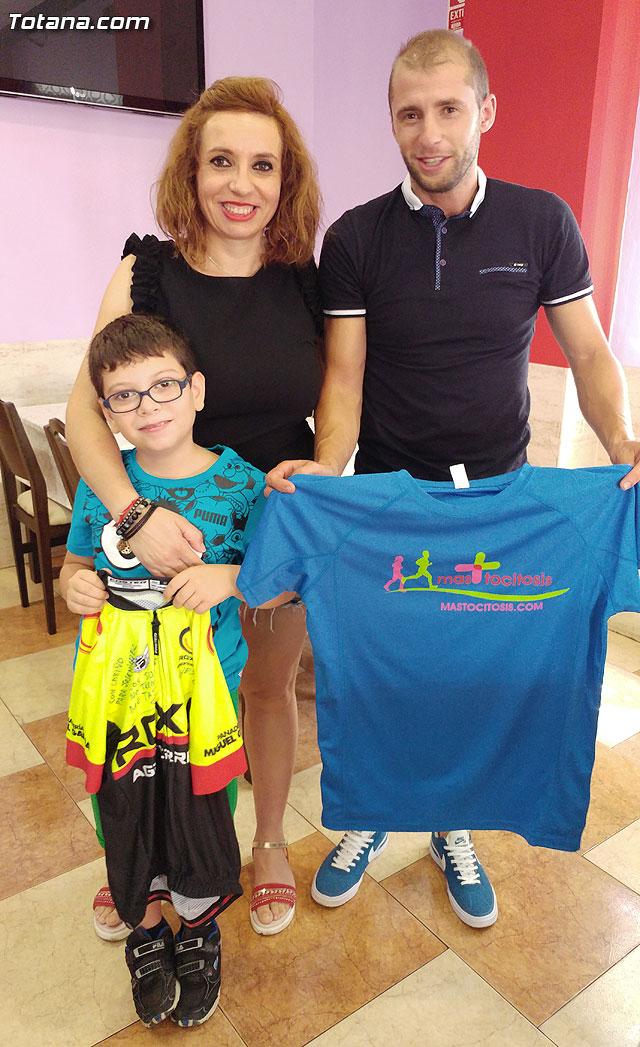 El ciclista Chescos Romera dará visibilidad a la mastocitosis luciendo una camiseta en las carreras en las que participe, Foto 1