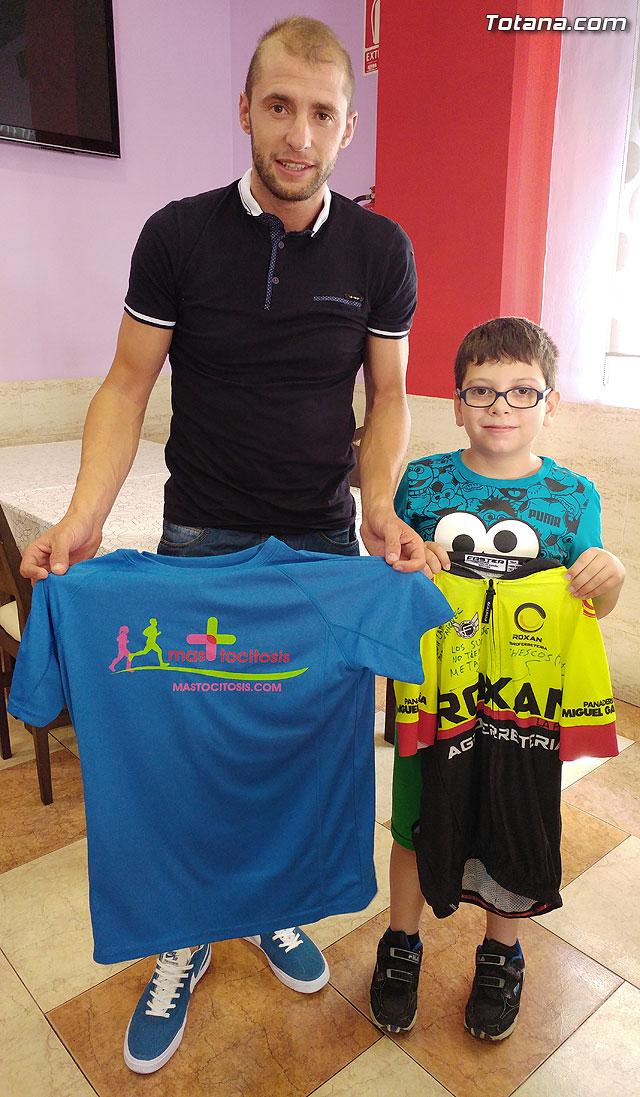 El ciclista Chescos Romera dará visibilidad a la mastocitosis luciendo una camiseta en las carreras en las que participe, Foto 2