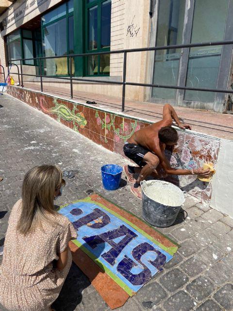 La edil de Cultura supervisa la segunda fase del proyecto de grafiti sobre mosaico - 1, Foto 1
