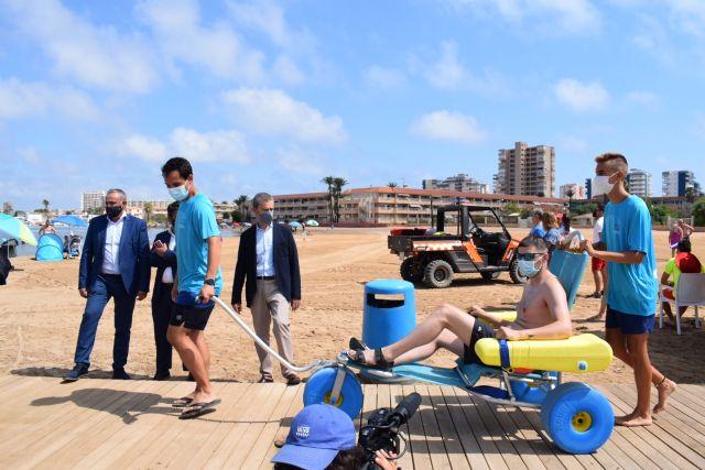 El servicio de baño asistido ya está disponible en Playa Honda, Puerto Bello y San Ginés de La Azohía, Foto 1