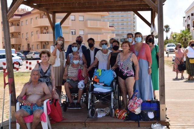 El servicio de baño asistido ya está disponible en Playa Honda, Puerto Bello y San Ginés de La Azohía, Foto 2