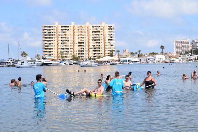 El servicio de baño asistido ya está disponible en Playa Honda, Puerto Bello y San Ginés de La Azohía, Foto 3