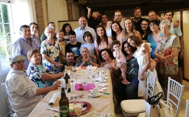 The family of Juana Pérez Martínez pays homage when she turns a century old and is the XIII person who exceeds 100 years in the Municipality of Totana