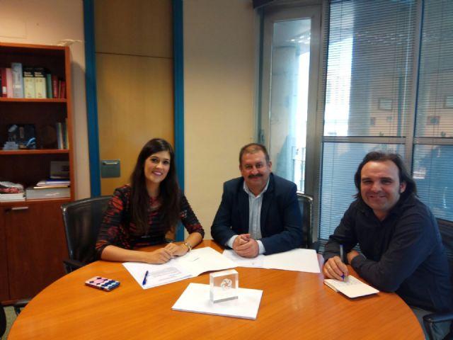 Autoridades municipales se reúnen con la directora general de Familia y Políticas Sociales