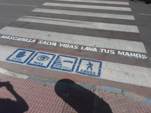 Cerca de un centenar de pasos de peatones de Los Alcázares contarán a partir de hoy con mensajes de concienciación frente a la COVID 19 - 1, Foto 1