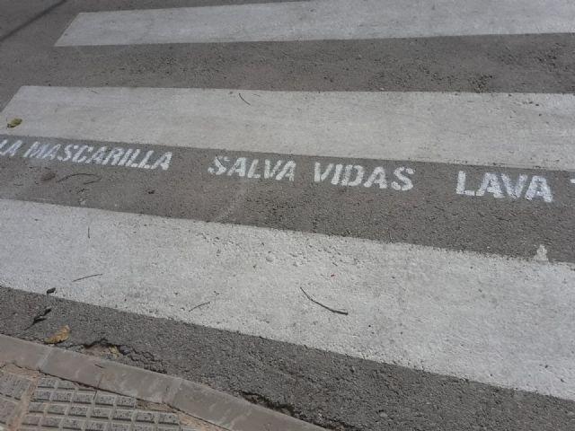 Cerca de un centenar de pasos de peatones de Los Alcázares contarán a partir de hoy con mensajes de concienciación frente a la COVID 19 - 2, Foto 2