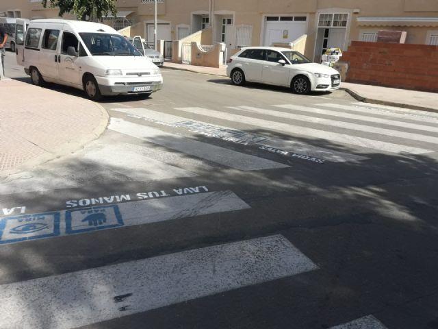 Cerca de un centenar de pasos de peatones de Los Alcázares contarán a partir de hoy con mensajes de concienciación frente a la COVID 19 - 4, Foto 4
