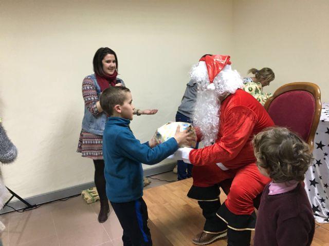 Más de un centenar de niños recibieron su regalo navideño - 1, Foto 1