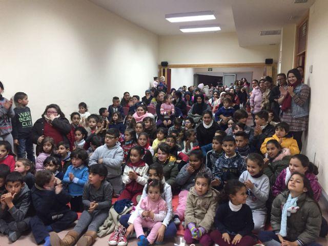 Más de un centenar de niños recibieron su regalo navideño - 3, Foto 3