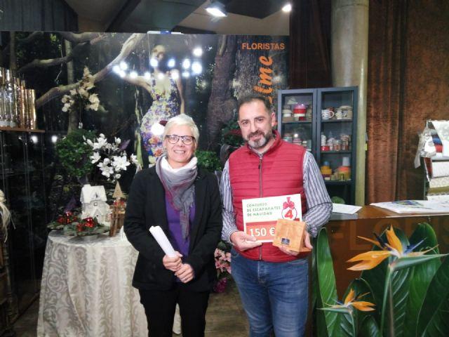Un total de 16 comercios de Totana participan en el IV Concurso de Escaparates de Navidad, que este año gana el establecimiento