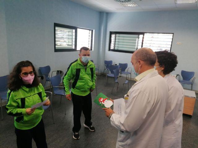 Los usuarios del Centro de Día de Personas con Discapacidad entregan sus tarjetas de Navidad a diferentes organismos del municipio, Foto 1