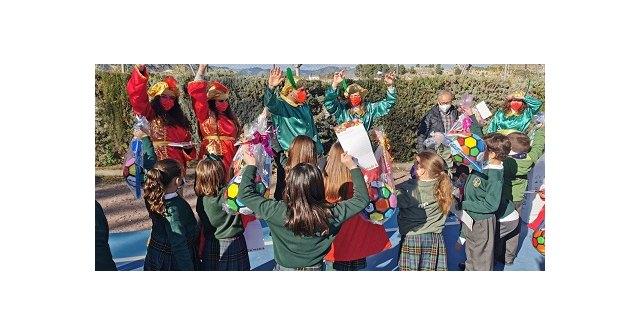 Los pajes de los Reyes Magos han comenzando a visitar los colegios y han repartido cartas y regalos a todos los niños de Cehegín - 1, Foto 1