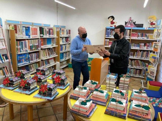 Educación y Cultura entrega un lote con 20 libros para impulsar las bibliotecas de todos los centros educativos de Mula y pedanías - 1, Foto 1