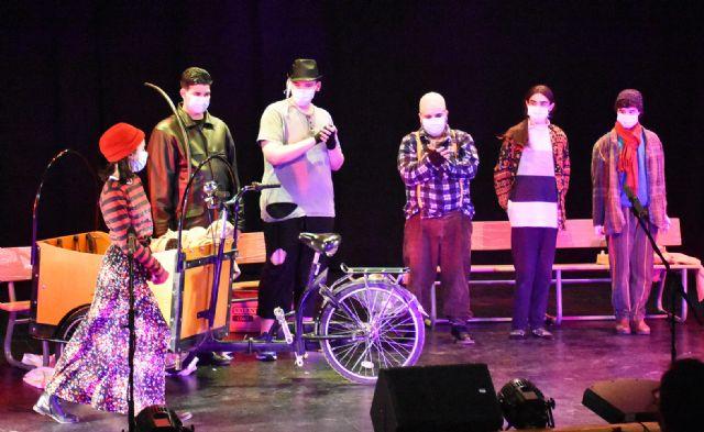 El Grupo de Teatro Alegría del I.E.S. Emilio Pérez Piñero representó en el Auditorio Municipal de Calasparra la obra El Triciclo de Fernando Arrabal - 4, Foto 4
