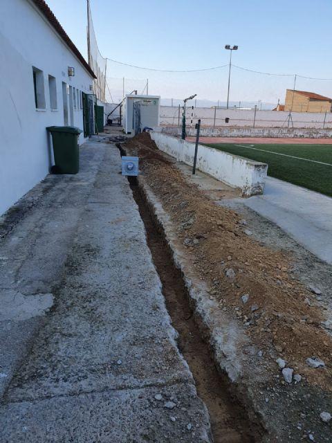El Ayuntamiento de Pliego ha realizado mejoras en el césped, vestuarios e iluminación del campo de fútbol - 1, Foto 1