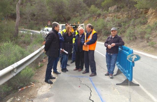 Comienzan las obras de emergencia para reparar el firme y construir un muro en la carretera que une Alhama de Murcia con Pliego, Foto 1