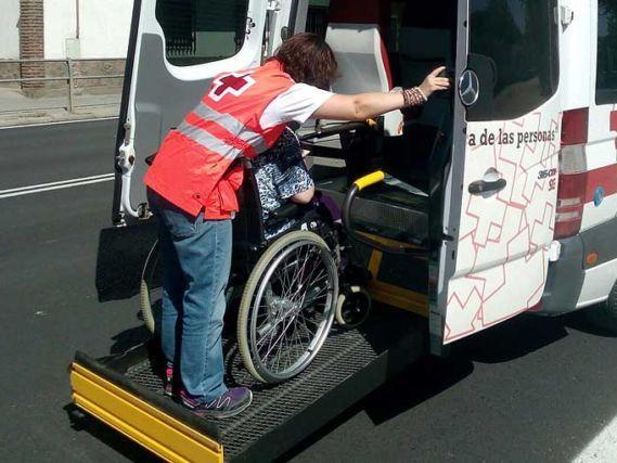 Cruz Roja en Lorca pone en marcha un servicio de transporte adaptado para llevar a las personas mayores a su centro de vacunación - 1, Foto 1