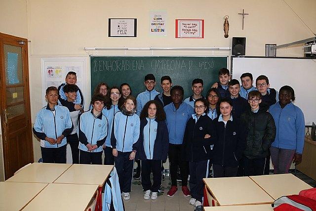 Alumnos de 4º de la ESO del Colegio La Milagrosa felicitan a su compañera Mª Carmen Tudela, que ha quedado 1ª en categoría Juvenil 0 en el Concurso Nacional de Doma en Equimur 2018, Foto 1