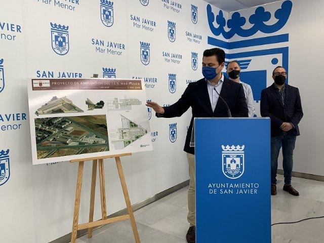 El alcalde José Miguel Luengo celebra la autorización por el Consejo de Gobierno regional de la licitación de las obras de ampliación del IES Mar Menor - 1, Foto 1
