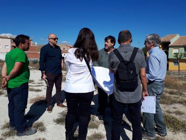 Jornada de trabajo con los técnicos en los terrenos del colegio para ultimar los detalles de acondicionamiento del solar - 1, Foto 1