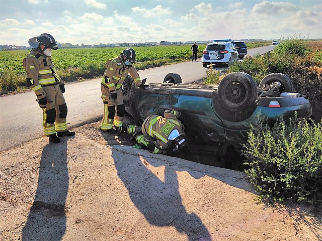 Dos heridos al volcar su coche en Torre Pacheco - 1, Foto 1