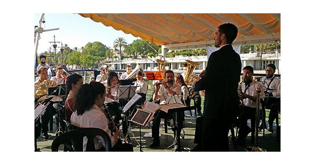 El día de la Virgen del Carmen, los socios e invitado del Ateneo de Triana navegaron por el Guadalquivir al son de la Banda Municipal de Jabugo - 1, Foto 1