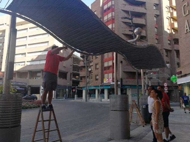 El Ayuntamiento de Lorca instala toldos en las paradas de autobús de El Óvalo para que los pasajeros puedan resguardarse del sol durante la espera - 1, Foto 1