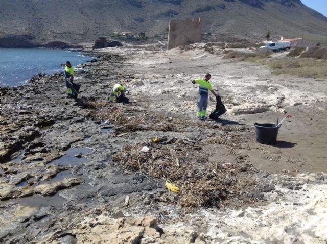 Medio Ambiente retira 1.500 kilos de plásticos y otros residuos arrastrados a las playas de Calnegre por las fuertes lluvias, Foto 1