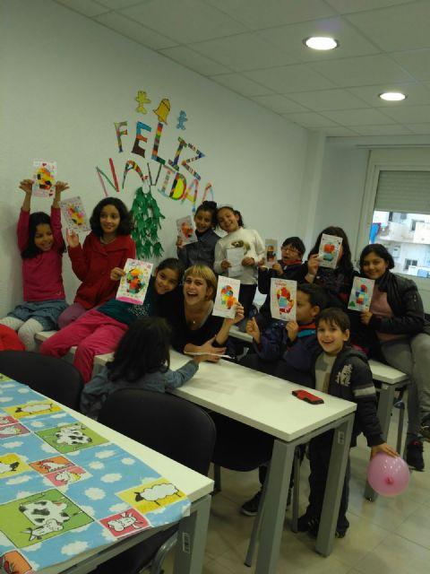 Los niños y niñas participantes en las aulas de apoyo y ocio educativo celebran las vacaciones con una fiesta de Navidad - 2, Foto 2
