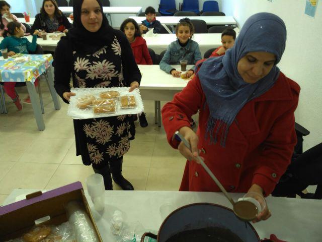 Los niños y niñas participantes en las aulas de apoyo y ocio educativo celebran las vacaciones con una fiesta de Navidad - 4, Foto 4