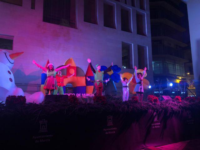 Miles de personas dan la bienvenida a Papá Noel en una plaza Belluga abarrotada - 1, Foto 1