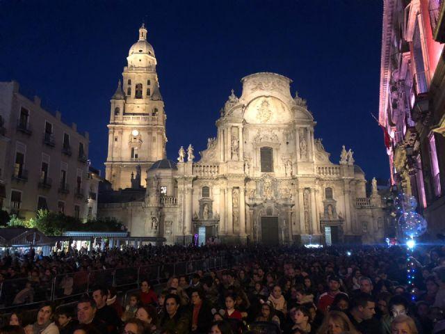 Miles de personas dan la bienvenida a Papá Noel en una plaza Belluga abarrotada - 2, Foto 2