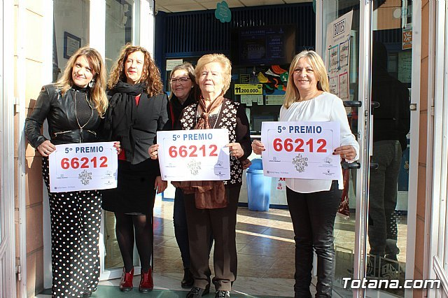 "The Lottery Administration ""Doña Petra"" sells part of a fifth prize of the Christmas Lottery"