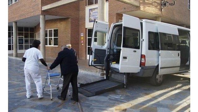 Bienestar Social ofrece al Área III de Salud los vehículos municipales adaptados para el transporte programado de enfermos de diálisis y otras patologías - 1, Foto 1