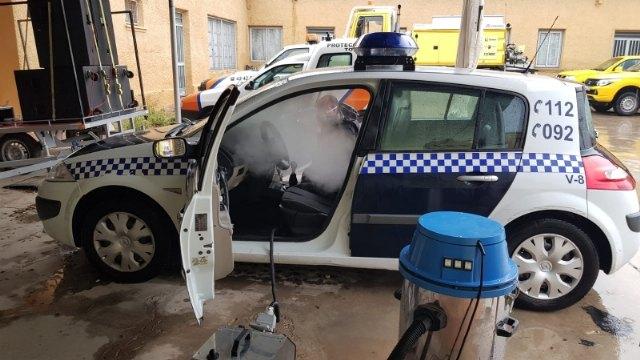 Desinfectan, en profundidad y de forma desinteresada, toda la flota de veh�culos de Polic�a Local y Protecci�n Civil de Totana, Foto 2