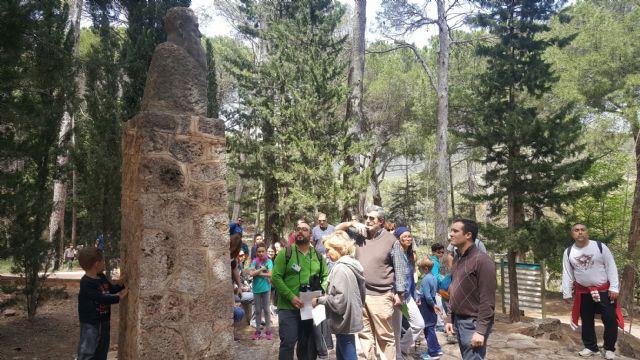 Conmemoran el Día del Libro con una visita por Sierra Espuña para fomentar la lectura y los valores naturales de la Región