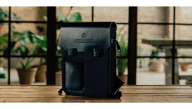 Yolibre.org transforma el maletín de la ministra de Educación en una cartera de profesor - 1, Foto 1