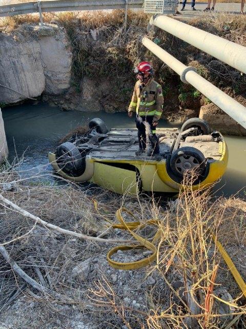 Un turismo se sale de la carretera y cae a una acequia, en Santomera - 1, Foto 1