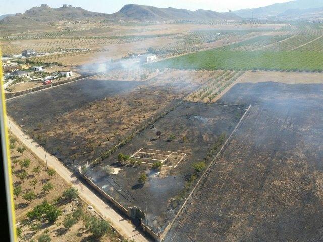 Bomberos y brigadas forestales, con apoyo de helicóptero, extinguen un incendio en Jumilla - 1, Foto 1