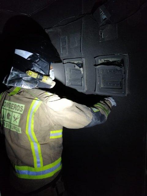 Bomberos apagaron esta madrugada el incendio en un edificio de Mazarrón - 1, Foto 1