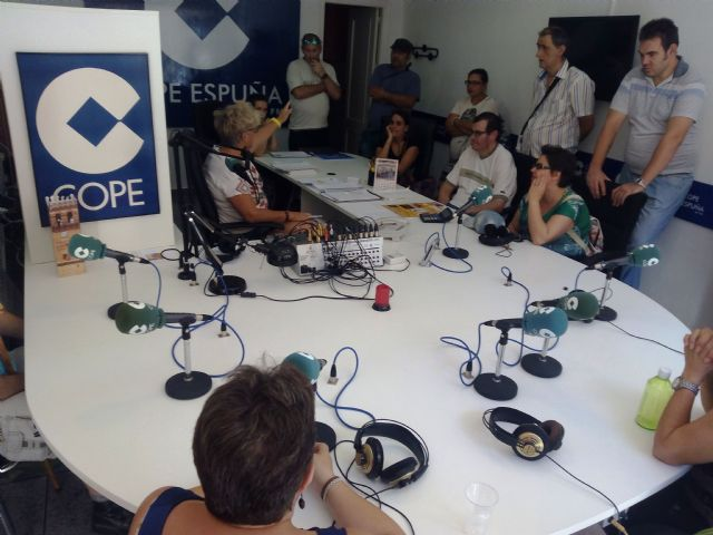 """Users of the Day Centre for People with Mental Illness visit the studios of radio station """"Cadena COPE"""" in Totana"""